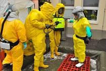 Třináct profesionálních hasičů se zapojilo ve středu do taktického cvičení složek IZS ve Slezské nemocnici v Opavě, kde se náhle objevil pacient s podezřením na onemocnění hemoragickou horečkou typu Ebola.