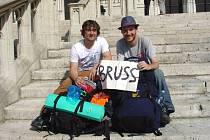 Cestou do Londýna se cestovatelé Martin Dihel (vlevo) a Jakub Kriebel podívali i do Bruselu.