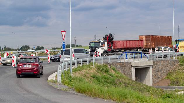 Spojka S1 v Opavě, silnice mezi Globusem a Kauflandem.