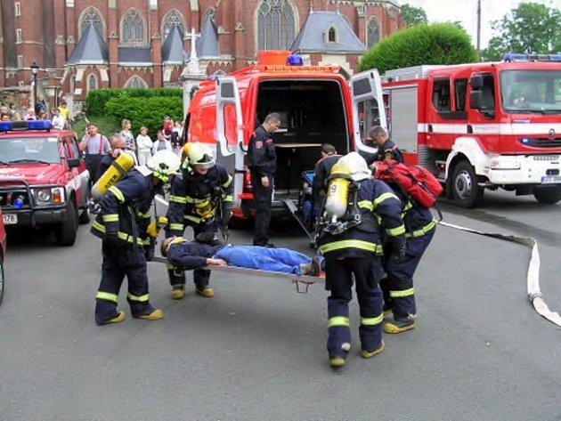Hasiči z Opavska a Polska si včera vyzkoušeli vzájemnou spolupráci při likvidaci požáru a záchraně lidí.