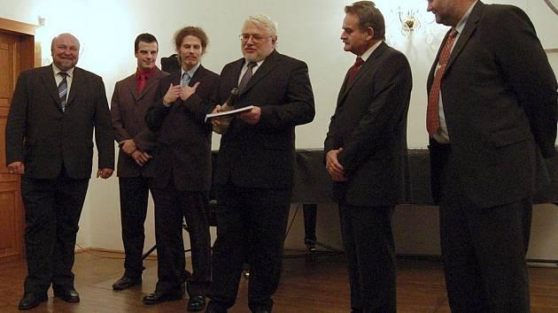 Slezská univerzita v Opavě slavila výročí dvě: 20. od událostí 17. listopadu 1989 a 70. od událostí 17. listopadu 1939. K oslavám připravila koncert Komorního pěveckého sboru Slezské univerzity a vydala knihu.