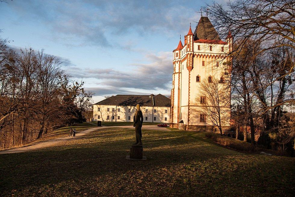 Slunečná neděle v Hradci nad Moravicí, první den nových bezpečnostních povánočních opatření proti covidu v Česku, 27. prosince 2020.