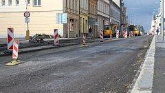 V krnovské ulici se aktuálně frézuje povrch silnice a provoz řídí semafory. Úplná jednodenní uzavírka v obou směrech proběhne nejspíše 3. listopadu.