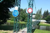 Po lávce pro pěší, která se nachází na řece Moravici mezi Hradcem nad Moravicí a Brankou u Opavy, se minimálně do letošního listopadu neprojdete.