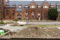 Na nádvoří Červeného zámku proběhl archeologický průzkum.