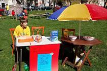 Děti, které ve středu dopoledne zavítaly do parku na náměstí Joy Adamsonové, měly o zábavu postaráno. V rámci Dne Země tu na ně čekala řada her a soutěží k poznávání života na zemi.