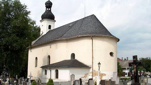 Dlouhá Ves dlouho neměla vlastní kostel. Až později zde nechal olomoucký kanovník Kryštof ze Zvole postavit dřevěný kostel sv. Markéty. Ten ale opakovaně vyhořel a dnes zde stojí kostel kamenný.