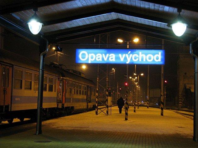 Vlakové nádraží Opava–východ po třiadvacáté hodině. Tady asi cizinci nikdo neporadí.