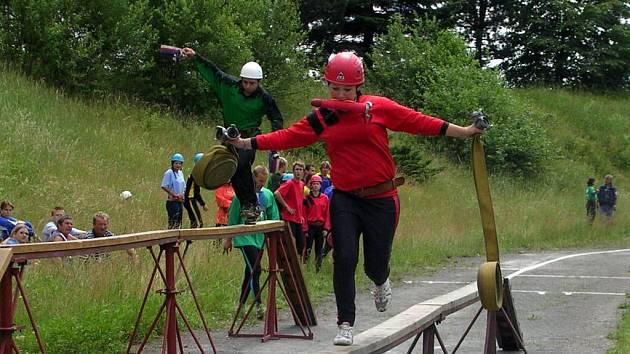 Jednou z disciplín okresního finále v požárním sportu byla i štafeta na 100 metrů překážek.
