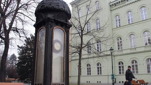 Skříňka s barometrem ve Dvořákových sadech. Ilustrační foto.