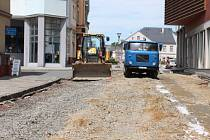 Oprava cesty v ulici Bochenkova, která vede na Mírové náměstí.