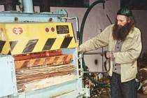 """Fotografie z pochodu """"hrabalovských postaviček"""", který se uskutečnil v pátek 26. března 1999 v Opavě a spadal do třetího ročníku kulturního festivalu Další břehy s názvem Pábení Bohumila Hrabala."""