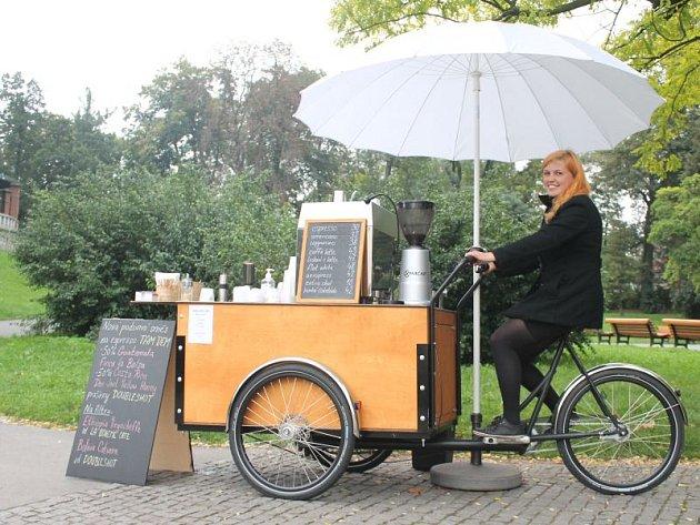 Markéta Wojtowiczová se svou pojízdnou kavárnou pravidelně stává navrchu ulice Masarykovy v Opavě.