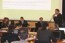 René Binar po svém odvolání vystoupil před opavskými zastupiteli, kde prezentoval hospodářské výsledky a reagoval na výtky ze strany rady města.