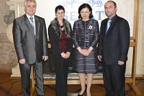 Zástupci úspěšných obcí s Milanem Štěchem a Věrou Jourovou.