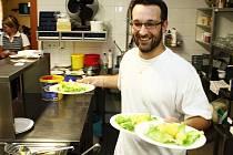 Kuchař David Nelešovský (na fotografii) se svým kolegou Radimem Ondráčkem připravují lidem  zdravá jídla.