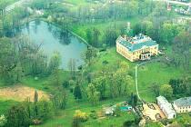 Zámek Raduň. Jedna z historických perel Opavska. Takto ji vidí oči pilotů vyhlídkových letadel.