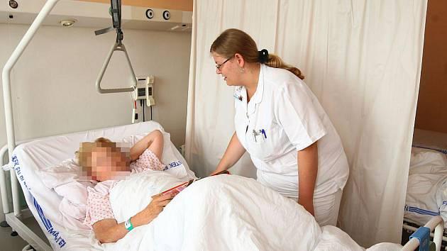 Sestřičky jsou s pacientem v úzkém kontaktu, a ten podle jejich chování často hodnotí celé oddělení či nemocnici. Ilustrační foto.