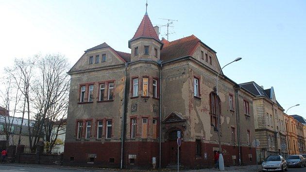 Dům nacházející se na křižovatce ulic Mírové a Na Rybníčku byl v minulosti vyhledávanou destinací narkomanů a bezdomovců. Nyní podstupuje rozsáhlou rekonstrukci.