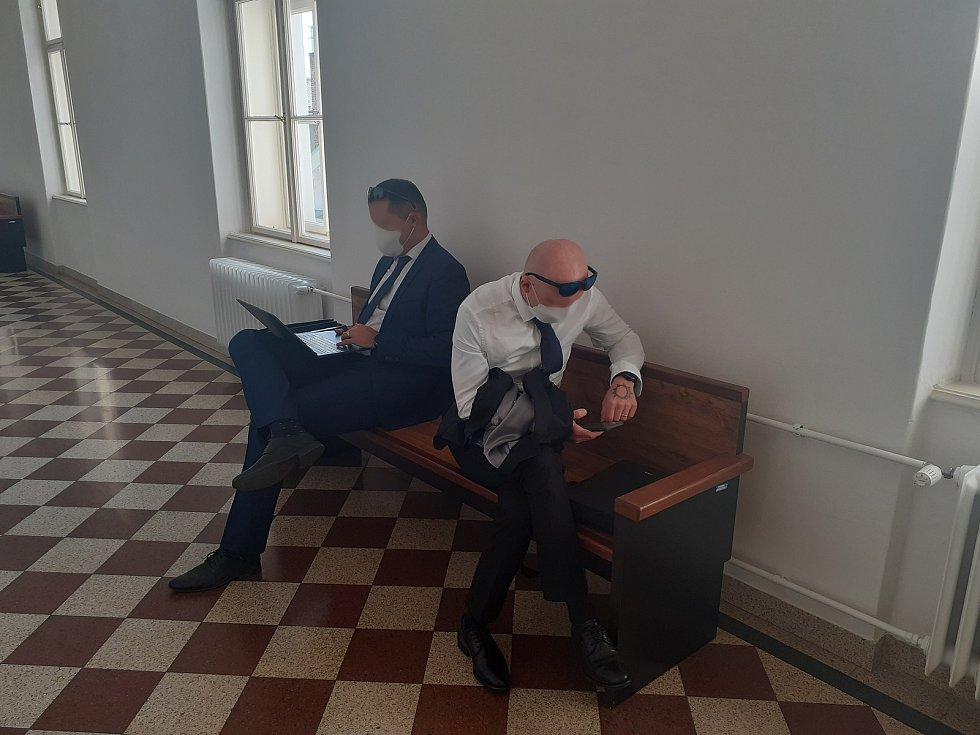 Obžalovaný J.B. (na snímku vpravo) u opavského okresního soudu s právním zástupcem.