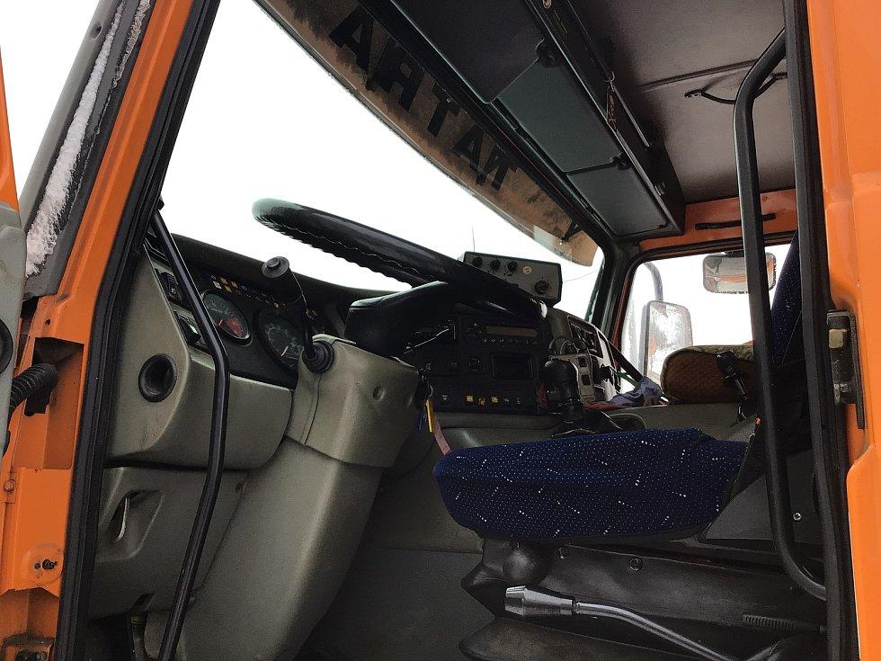 Zima na Opavsku a Vítkovsku. Interiér sypacího vozu Tatra