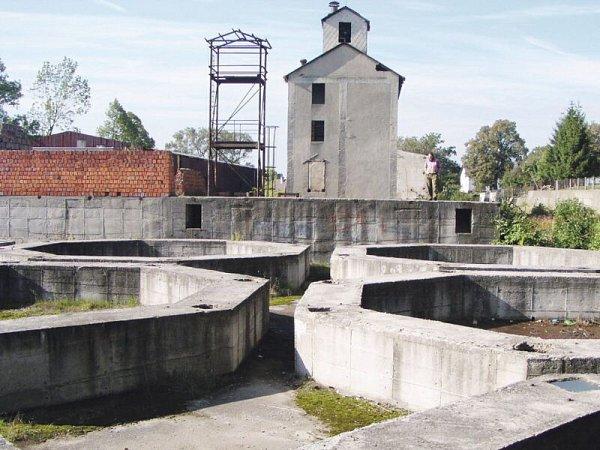 Obilná sila se vKostelci stavěla vletech 1989a 1990, ale nebyla nikdy dokončena. Základy jsou mementem projektu, který se investor rozhodl protlačit po stranické linii KSČ proti vůli místních.