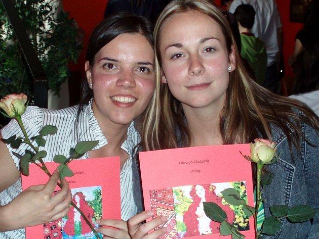 Studentky Slezské univerzity v Opavě Mária Pecárová (vlevo) a Veronika Milatová (vpravo) na vyhlášení v divadelním klubu Na Prádle v Praze.