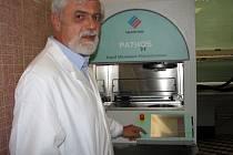 Primář oddělení patologie Slezské nemocnice v Opavě Josef Palas u nového přístroje, který během několika hodin vyšetří vzorky tkání. Pacienti tak nemusí ve stresu dlouho čekat na výsledky vyšetření.