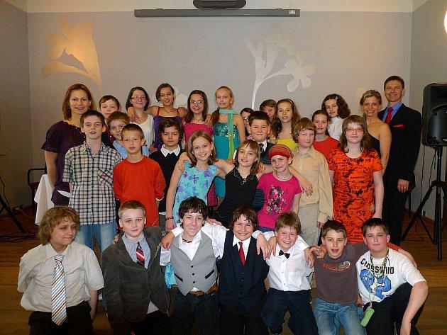 Děti ze čtvrté a páté třídy Základní školy Otická mají za sebou taneční kurz.
