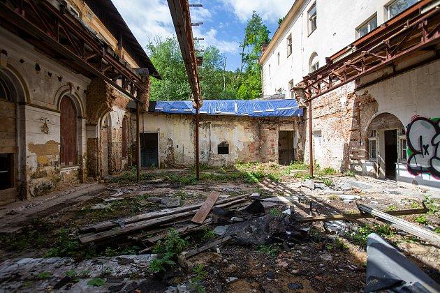 Jánské Koupele (německy Bad Johannisbrunn), dříve také Melčské lázně, jsou bývalé lázně ležící severozápadně od Vítkova vokrese Opava, vrozsáhlých lesích při řece Moravici. Celý areál byl roku 2005zapsán do seznamu kulturních památek České republiky. P