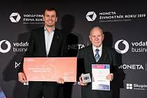 Arnošt Obrusník (vpravo) přebírá ocenění.