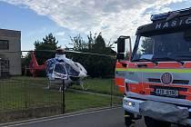 Hasiči museli pomoci dívce, která se napíchla na plot v obci na Opavsku. Se zraněními jí pak do nemocnice transportoval vrtulník zdravotnických záchranářů.