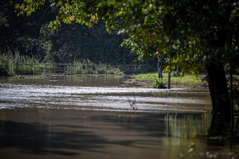 V kravařské části Dvořisko na Opavsku se rozvodnila řeka Opava, 15. října 2020.