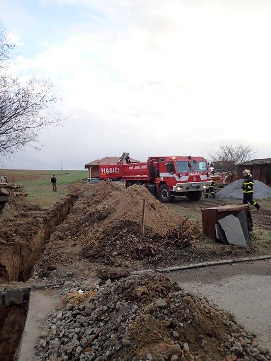 Zásah HZS Moravskoslezského kraje v Bohuslavicích na Opavsku, kde byla v minulých letech také nalezena letecká puma.