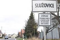 Cedule se zákazem podomního prodeje byla na dopravní značku označující vjezd do Služovic instalována během března.