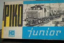 Dobová krabice s lokomotivou o velikosti H0. I takový model můžete propůjčit Obecnímu domu pro potřeby výstavy.