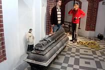 Říjen 2008. Rakev s ostatky knížete Karla Maxe Lichnovského odpočívala v mramorovém sarkofágu v mauzoleu.