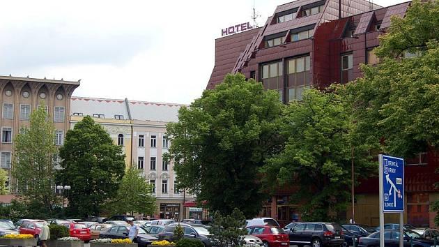 Parkoviště u hotelu Koruna.