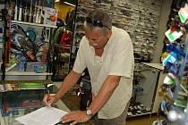 Petici za navrácení cyklostezky v úseku Žimrovice – Podhradí zpět na pravý břeh řeky Moravice můžete podepsat například v opavském Sportshopu na Ostrožné ulici.