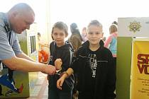 Hitem mezi opavskými školáky byla policejní pouta.