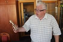 Podobnými kousky, jaký drží v ruce starosta Dušan Lederer, je zaplněna celá jeho kancelář.
