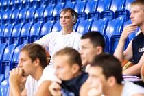 Zajímavou posilu představil na prvním letošním tréninku opavských basketbalistů nový kouč Petr Czudek. Až do konce tohoto týdne totiž s Opavou trénuje oblíbený český herec Ivan Trojan.