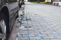 Okraj chodníku v ulici Hany Kvapilové v Opavě je doslova v katastrofálním stavu. Situace se tady pomalu zhoršovala a přes urgence místních obyvatel se opravy chodník nedočkal. Snad až nyní.