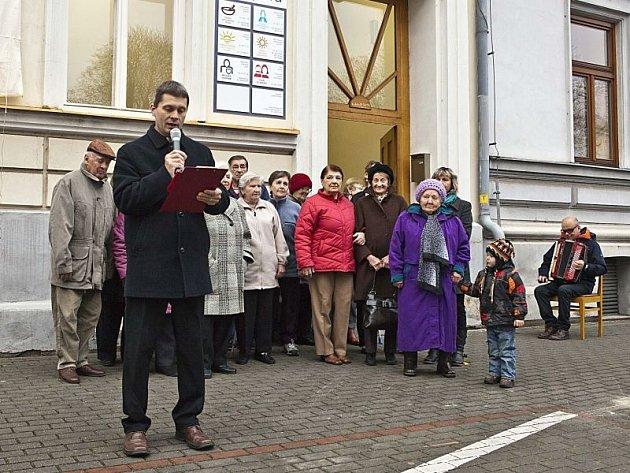 Jan Hanuš během slavnostního odhalení domovních znamení na charitních domech v Kylešovské ulici. Akce se konala loni v listopadu.
