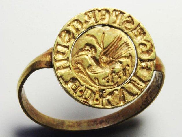 Prsten nalezený při vykopávkách v Opavě.