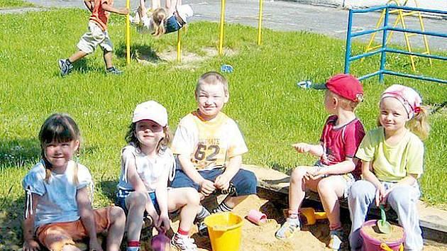 Před několika dny si děti hrály spokojeně na pískovišti. I to jim zničili vandalové.