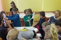 Základní škola v Chlebičově se stala dějištěm akce Českého červeného kříže. Žáci si na vlastní kůži vyzkoušeli resuscitaci, poskytnout první pomoc, ošetřit vážná i méně vážná zranění. Ověřili si znalosti první pomoci.