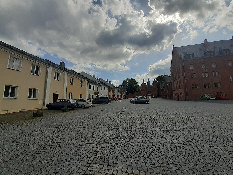 Ulice Městečko u hradeckého zámku.