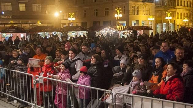 Minulý rok se v Opavě koledy zpívaly na Horním náměstí.