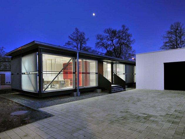 Ocelová konstrukce výrobní haly Ausys IT kontrastuje s bílou kancelářskou budovou.